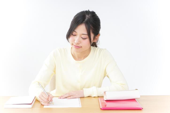 資格を勉強する女性